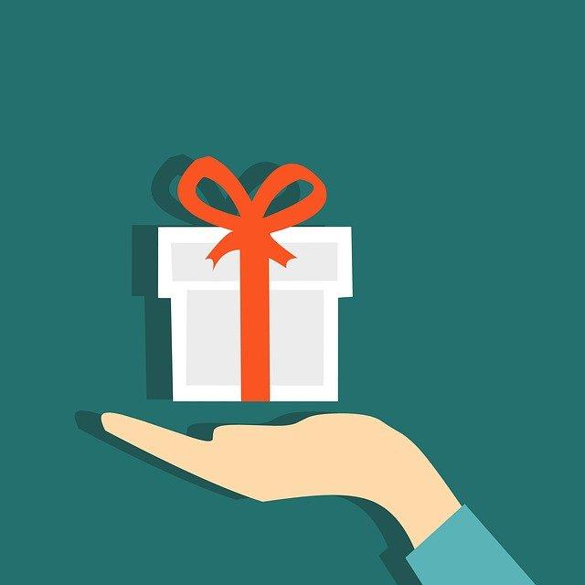 Подарок женщине на День Рождения: полезные советы по выбору